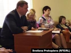 Мэр Пскова Иван Цецерский разговаривает с беженцами