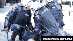 Полицајците апсат противник на парадата