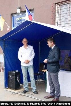 З відкриттям Центру чеських волонтерів привітав посол України Євген Перебийніс (праворуч)