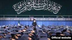آیتالله خامنهای، رهبر جمهوری اسلامی ایران میگوید به مسوولان توصیه کرده است با چشم بدبنی به اروپاییها نگاه کنند