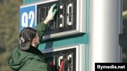 В то время, пока цены на нефть на мировых площадках падали, в России подскочили цены на бензин, хотя нефтяники оправдывают их рост именно подорожанием нефти в мире