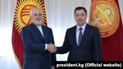 سادیر ژاپاروف رئیس جمهور قرغیزستان (راست) حین مصافحه با جواد ظریف وزیر خارجه ایران. April 6, 2021