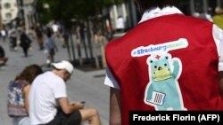 Uposlenici Gradske kuće u Strasbourgu razgovaraju sa ljudima na ulici o prevenciji širenja korona virusa, 26. maj, 2020.