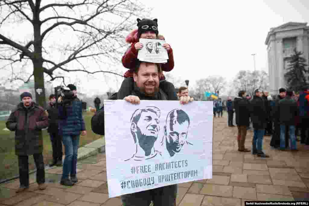 ...та висловлювали підтримкуархітекторам Олександру Горбаню та Олексію Шемотюку, яких підозрюють у спробі підпалу споруди УПЦ (МП) біля фундаменту Десятинної церкви