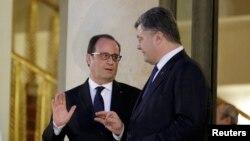 Президент Франции Франсуа Олланд провожает президента Украины Петра Порошенко на ступенях Елисейского дворца