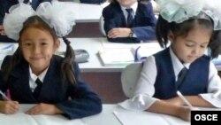 Жазу жазып отырған оқушылар. Алматы, 22 қыркүйек 2009 жыл. (Көрнекі сурет)