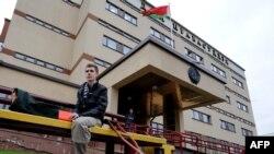 Александр Аляксандрия, 20 лет, раненый во время теракта в метро в Минске 11 апреля 2011, перед зданием суда
