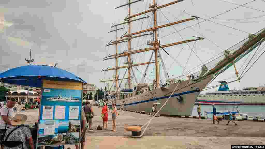 Грозовые тучи проплывали над учебным парусником «Херсонес». Туда, на судно, со всех сторон приглашали народ на экскурсию