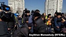 Задержания у монумента Независимости на алматинской площади Республики. Алматы, 1 марта 2020 года.