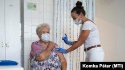 Harmadik oltásként az időseknél lényegesen gyengébb hatékonyságú kínai Sinopharm termékét adják be egy nőnek Hatvanban, 2021. szeptember 15-én.