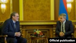 Armenia - Prime Minister Karen Karapetian (R) meets with Russian Ambassador Ivan Volynkin in Yerevan, 4Oct2016.