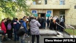 Юрий Пак соты өтіп жатқан сот ғимараты алдында тұрған оқушылар. Қарағанды, 3 қазан 2016 жыл.