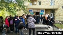 Люди у здания суда в день оглашения приговора Юрию Паку, школьному учителю, обвиняемому в лжетерроризме. Караганда, 3 октября 2016 года.