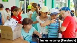 Діти з інвалідністю граються разом з іншими дітьми