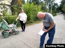 Житель Щучинска ставит подпись против застройки городского парка. Акмолинская область, 5 августа 2021 года