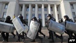 Силовики залишають позиції біля парламенту