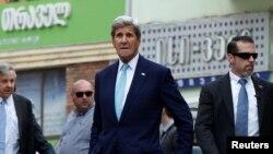 John Kerry (ortada) Tbilisidə gəzir, 6 iyul, 2016-cı il