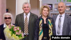 Привітати Джульєтту Якубович (зліва) із 80-річчям прийшла так званий «міністр освіти» угруповання «ЛНР» Леся Лаптєва. Лютий 2015 року