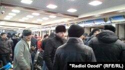 Мусофирон дар Фурудгоҳи байналмилалии Душанбе дар интизори парвоз.