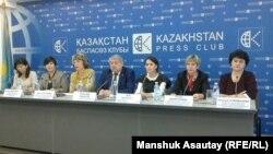 Участники пресс-конференции на тему «Всемирный день борьбы со СПИДом в Казахстане». Алматы, 10 ноября 2016 года.