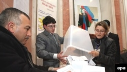 Azerbaijan -- Officials count ballots after polls closed in a referendum in Baku, 18Mar2009