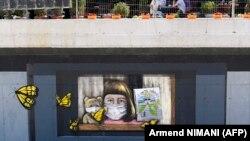 """Grafit na zidu sa natpisom """"Nedostaje mi škola"""", Ferizaj, Kosovo, juni, 2020."""