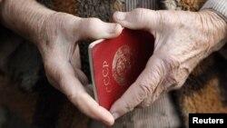 Советский паспорт в руках пожилого человека. Иллюстративное фото.