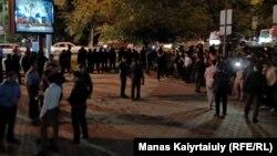 Ринат Зайытовтың жақтастары Алматы қалалық полиция департаменті маңында тұр. Алматы, 10 маусым 2019 жыл.
