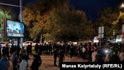 Айтыскер Ринат Зайытовтың жақтастары Алматы қалалық полиция департаменті маңында тұр. Алматы, 10 маусым 2019 жыл.