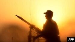 د ارشیف انځور: یو پاکستانی سرتیری د پېښور په څنډو کې د امنیت ساتنه کوي.