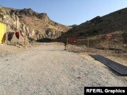 جاده مسدود شدهای که به ویلای میرضیایف منتهی میشود