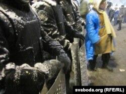 Демонстранты и сотрудники спецподразделения милиции стоят в центре Киева. 9 декабря 2013 года.