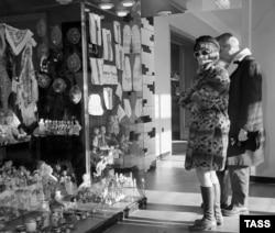 """Итальянская актриса Клаудиа Кардинале в магазине """"Березка"""" в Москве. 1968 год"""