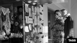 """Итальянская актриса Клаудио Кардинале в магазине """"Березка"""" в Москве. Фото Льва Портера. Фотохроника ТАСС, 1968 год."""