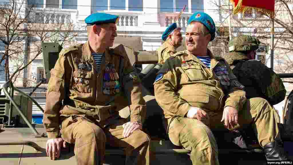 Колишні радянські десантники – ветерани війни в Афганістані – на російському бронетранспортері перед початком ходи вулицею Леніна