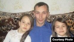 Руслан Тимуршин с дочерьми Алиной и Алсу