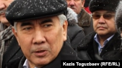 Председатель Общенациональной социал-демократической партии (ОСДП) Жармахан Туякбай (на переднем плане).