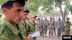Afghan and Tajik soldiers at the Tajik Border Troops Training Center in Gissar (file photo)