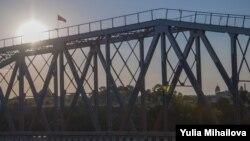 Drapelul rusesc, arborat pe podul de peste Nistru, lângă Tiraspol
