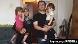 Рустем Якубов у себя дома в Дрогобыче с детьми и женой Эльзарой