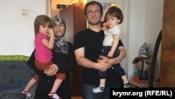 Рустем Якубов у себе вдома у Дрогобичі з дітьми і дружиною Ельзарою