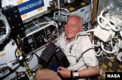 Джон Гленн в космосе. 1 октября 1998