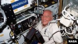 Джон Гленн в космосе. 1 октября 1998. Фото НАСА