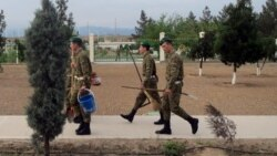 Türkmenistanda esger eneleriniň harby bölümlere edýän 'azyk saparlary' köpelýär
