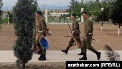 Hojalyk işlerine çekilen türkmen esgerleri (arhiw suraty)