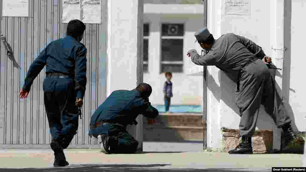 Афганські поліцейські намагаються врятувати дитину під час атаки бойовиків на шиїтську мечеть в Кабулі, 25 серпня 2017 року (Reuters / Omar Sobhani)