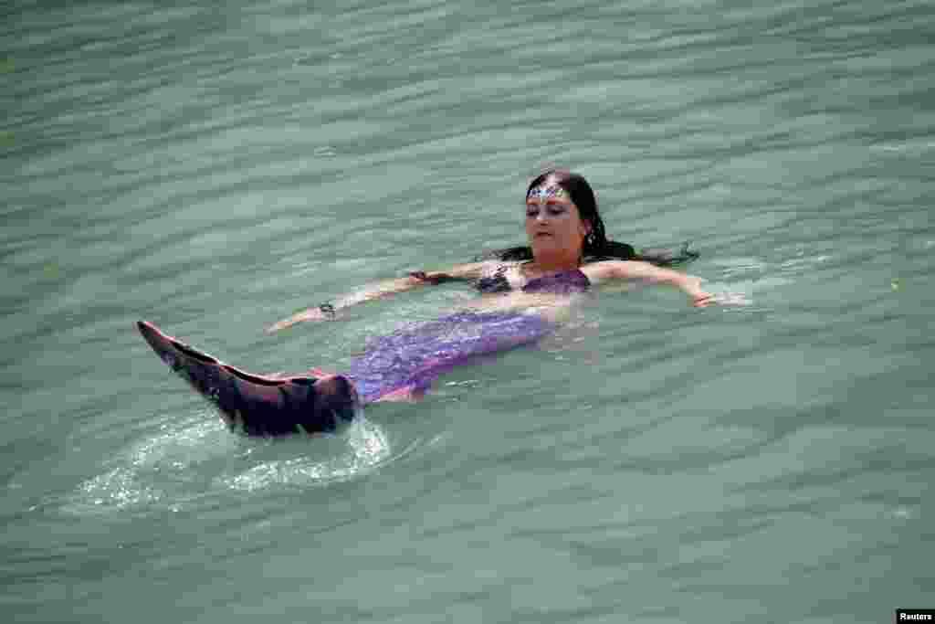 Ez a szlovén nő szirénnek öltözve fürdik a Soca folyóban - így ki lehet bírni az extrém hőmérsékletet is.