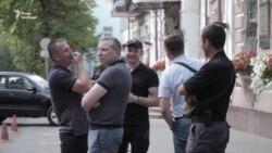 До посольства Італії в Києві прийшли друзі та побратими затриманого бійця (відео)