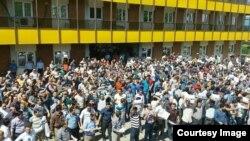 Iranian workers on strike strike in Zanjan. File photo