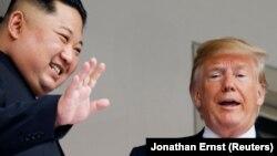 Кім Чен Ин (ліворуч) і Дональд Трамп (праворуч) у Сінгапурі, 12 червня 2018 року